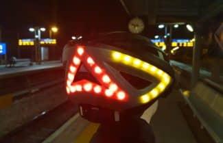 ג׳ירפה בודקת: Lumos Kickstart – קסדה חכמה לרוכבי אופניים