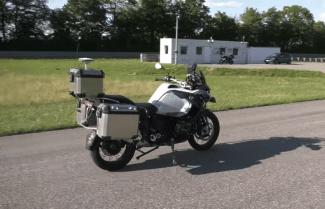 מבצע פניות ובולם בכוחות עצמו: צפו באופנוע האוטונומי של חברת BMW
