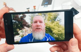 ג'ירפה פותחת קופסה: Samsung Galaxy A8 2018