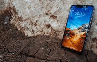 ג'ירפה בודקת: Xiaomi Pocophone F1 – ביצועים גבוהים לצד מחיר נמוך