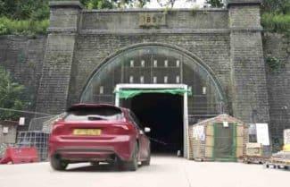 מטורף: המנהרה בבריטניה שהפכה למנהרת בדיקת מכוניות פורמולה 1
