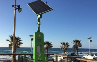 בת ים החלה להציב ברחבי העיר עמדות סולאריות רב שימושיות