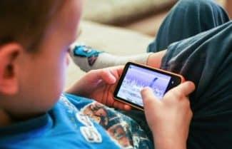 מחקר: 76 אחוזים מההורים מאפשרים לילדיהם להשתמש בסלולרי במיטה