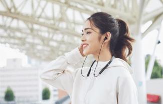"""שיאומי מציגה אוזניות ספורט """"צוואר"""" חדשות עם תמיכה בטעינה מהירה"""